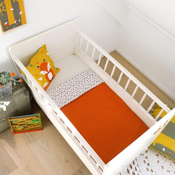Ledikantdeken Babykamer Triangel op wit ANNIdesign Wafelstof terracotta 01
