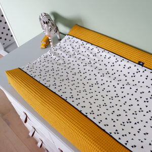 Aankleedkussenhoes Triangel op wit Wafelstof oker geel ANNIdesign 01