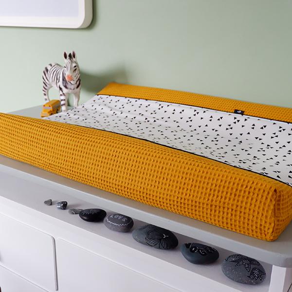 Aankleedkussenhoes Triangel op wit Wafelstof oker geel ANNIdesign 03