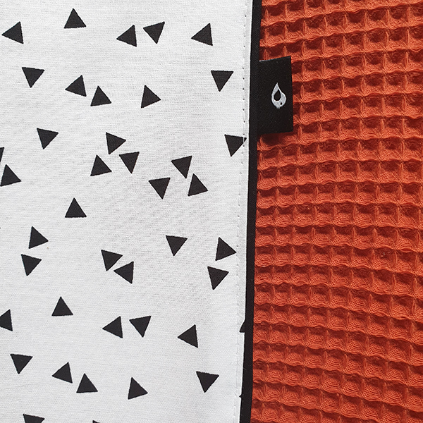 Aankleedkussenhoes Triangel op wit Wafelstof terracotta rood ANNIdesign 02