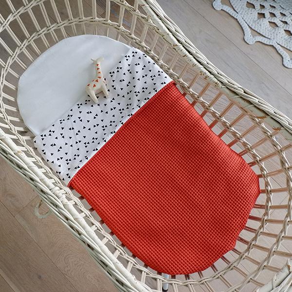 Wiegdeken Triangel op wit ANNIdesign Wafelstof terracotta rood 01