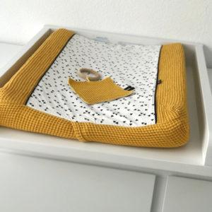 Aankleedkussenhoes Babykamer Wafelstof_Triangel op wit_ANNIdesign_oker geel_sfeer