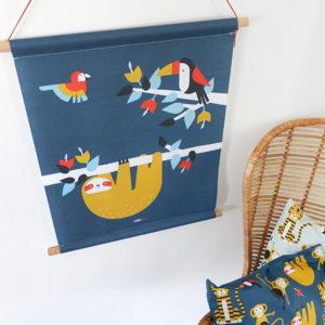 Textielposter Jungle Luiaard en Toekan donker blauw ANNIdesign_01