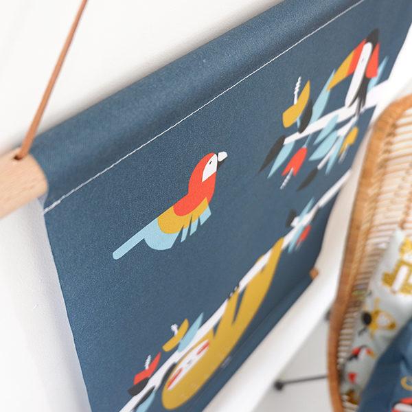 Textielposter Jungle Luiaard en Toekan donker blauw ANNIdesign_02