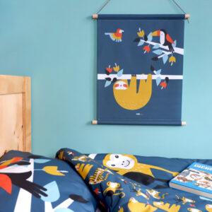Textielposter Jungle Luiaard en Toekan donker blauw ANNIdesign_03