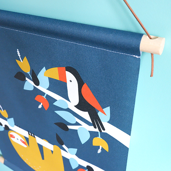 Textielposter Jungle Luiaard en Toekan donker blauw ANNIdesign_04