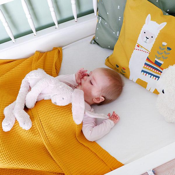 Ledikantdeken Babykamer Wafelstof_Basic oker geel_ANNIdesign_sfeer