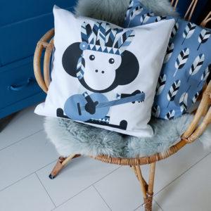 Sierkussen Aap_ANNIdesign_jeans blauw 01