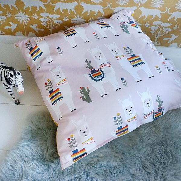 Kussen XL Lama ANNIdesign oud roze 01