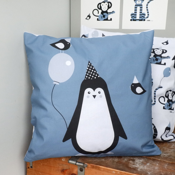 Kussen Pinguin Feestbeest jeans blauw ANNIdesign 01