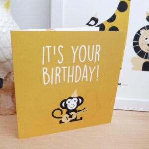 Wenskaart Feestbeest Birthday Aap oker geel 01