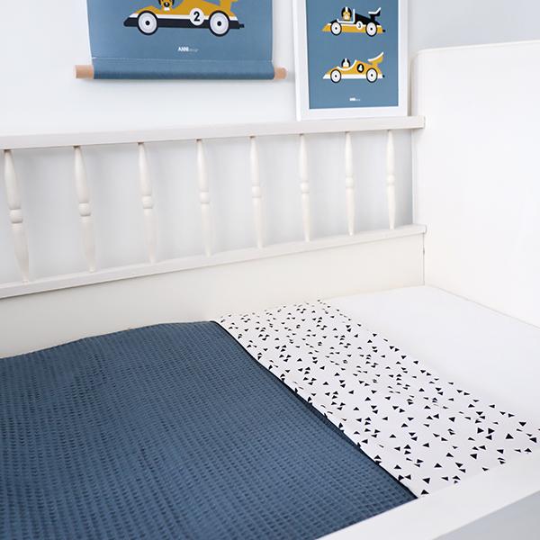 Ledikantdeken Babykamer Triangel op wit ANNIdesign Wafelstof donker oud blauw 01