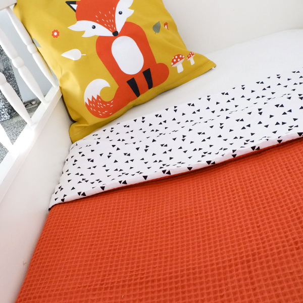 Ledikantdeken Babykamer Triangel op wit ANNIdesign Wafelstof terracotta rood 01
