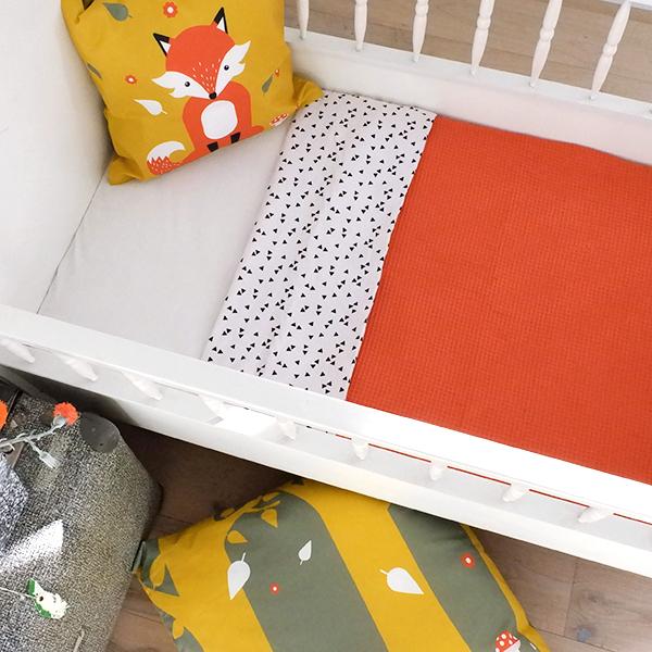 Ledikantdeken Babykamer Triangel op wit ANNIdesign Wafelstof terracotta rood 02